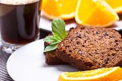 Banaancake met verse banaan en sinaasappel. naar huis gemaakte cake. stock afbeeldingen