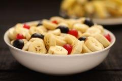 Banaanfruitsalade in kom, Selectief nadrukbeeld Stock Afbeelding