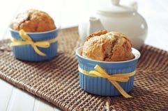 Banaanmuffins in ceramische bakselvorm Stock Foto