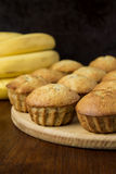 Banaanmuffins op de houten lijst Stock Afbeelding