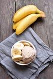 Banaanroomijs in kom Stock Foto