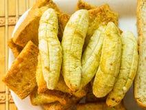 Banaantoost op Bruine broodplakken stock afbeelding