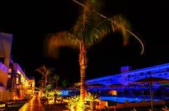 Banan av flygplanet tänder på på det moderna hotellet för natten i Rhodes Greece Royaltyfri Fotografi