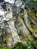 Banan bland vattenfallet och högt vaggar i AdrÅ ¡ pach-Teplice vaggar i Czechia royaltyfria foton