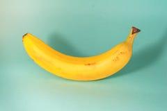Banan em um fundo azul Imagens de Stock