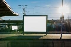 Banan för mellanrumet för affischtavlan för drevstationen isolerade snabba överträffar den vit Arkivfoto