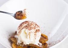 Banan frit par casserole avec de la glace à la vanille photographie stock libre de droits