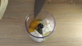 Banan, jajka, ser, mleko nalewa w blender zbiory wideo