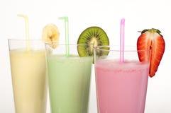 Banan-, kiwi- och jordgubbemilkshake och nya fruis Arkivbilder