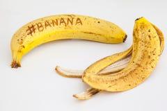 Banan med vit bakgrund och text på frukt Fotografering för Bildbyråer