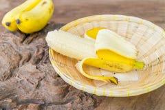 Banan na bambusowym koszu Zdjęcie Royalty Free
