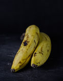 Banan na ciemnym tle Zdjęcia Royalty Free