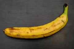 Banan na popielatym kuchennym stole Fotografia Royalty Free