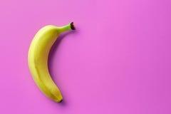 Banan na różowym tle Zdjęcie Royalty Free