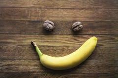 Banan och citroner på träbakgrunden, sund mat, hälsa Fotografering för Bildbyråer