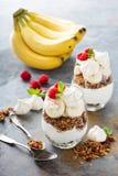 Banan- och granolafrukostparfait arkivbilder