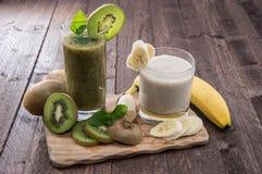Banan- och KiwiSmoothie med nya frukter Arkivbild