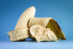 Banan på blå bakgrund arkivfoto