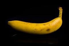 Banan på black Arkivfoton