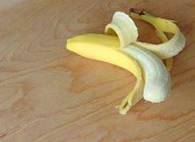 Banan på tabellen Royaltyfria Bilder