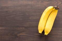 Banan på träbakgrunden Top beskådar Fotografering för Bildbyråer