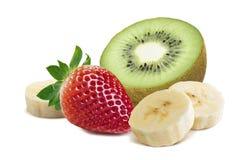 Banan 5 som för stycke för jordgubbekiwi halv isoleras på vit bakgrund Arkivbild