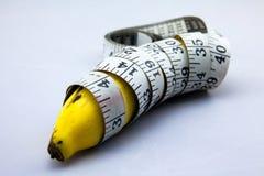 Banan som omkring slås in upp med måttbandet arkivbilder