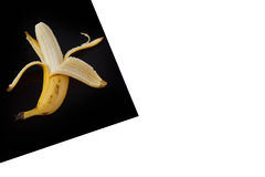 Banan sullo strato nero isolato su bianco immagini stock libere da diritti
