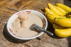 Banan w kokosowym mleku umieszczającym na stole jako tło Obraz Stock
