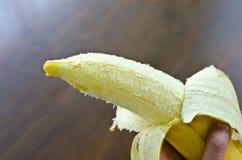 Banan w ręce obrazy royalty free