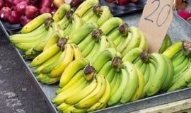 Banan w rynku Zdjęcia Royalty Free