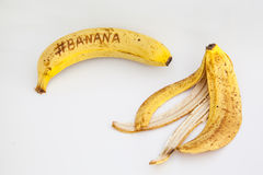 Banan z białym tłem i tekst na owoc Fotografia Royalty Free