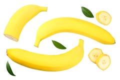 banana affettata con le foglie verdi isolate su fondo bianco Vista superiore immagini stock