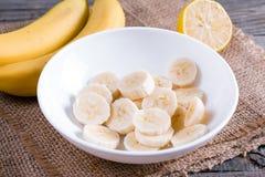 Banana affettata in una ciotola bianca fotografia stock libera da diritti