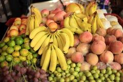 Banana, arancia, mela, pomelo, pompelmo, supermercato della frutta, negozio, molto, naturale, fresco, croccante, soleggiato Fotografie Stock