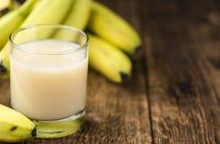 Banana com suco fresco do leite imagem de stock
