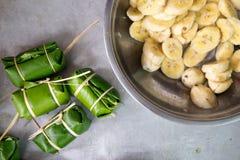 Banana con riso appiccicoso coperto in foglia della banana prima del vapore immagine stock libera da diritti