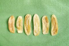 Banana cortada dourada fritada friável na esteira líquida verde Imagem de Stock