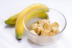 Banana cortada na bacia de vidro Imagem de Stock Royalty Free