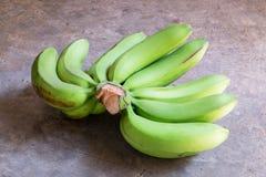 Banana crua em um assoalho concreto Imagens de Stock Royalty Free
