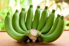 Banana crua em uma tabela de madeira Imagem de Stock