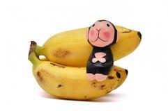 Banana de assento do macaco imagem de stock
