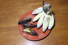 Banana di Hak Muk, nome di lingua tailandese Banana arrostita e matura nel piatto marrone sulla tavola di legno fotografia stock