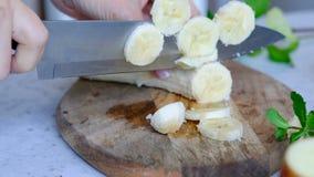 Banana di taglio della donna, fine su archivi video