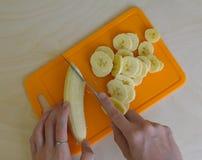 Banana disposta su una tavola composizione in poto Immagini Stock Libere da Diritti