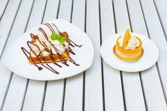 banana do waffle do gelado de 2 sobremesas com molho de chocolate e oran Imagens de Stock
