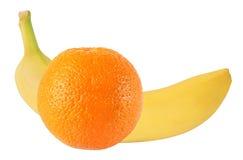 Banana e frutti arancio isolati su bianco con il percorso di ritaglio Fotografia Stock