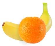 Banana e frutti arancio isolati su bianco con il percorso di ritaglio Fotografie Stock