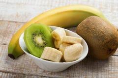 Banana e kiwi affettati in ciotola Fotografia Stock