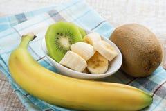 Banana e kiwi affettati in ciotola Fotografia Stock Libera da Diritti